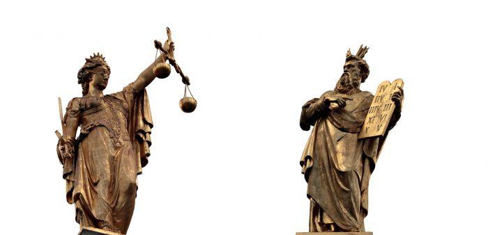Vrouwe Justitia met de blinddoek, de weegschaal en het zwaard; Mozes met de stenen tafelen